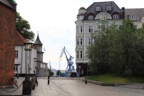 Billede af huse og kran, Aarhus. Fra Bikepacking, Danmark rundt