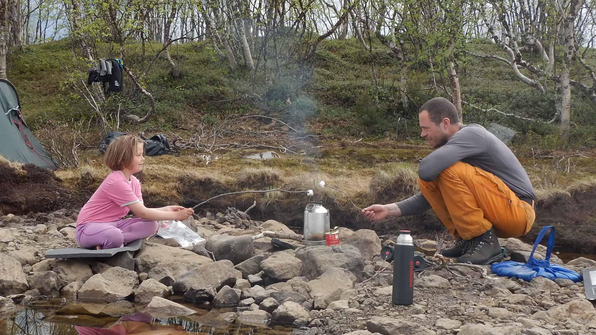 Far og datter i Vildmarken, Nordsverige, foredrag, Erik B. Jørgensen, Vi laver varmt vand og rister skumfiduser