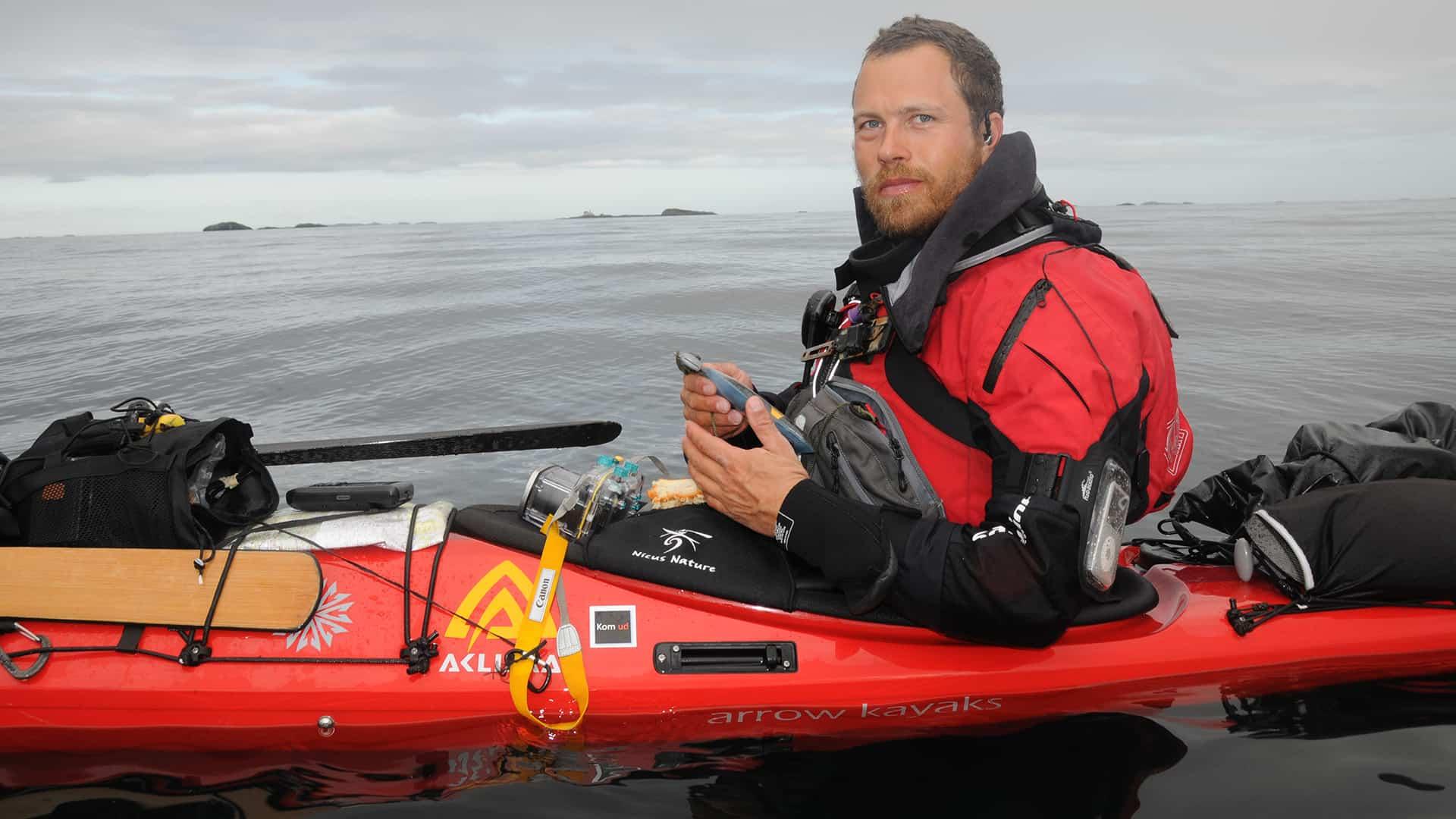 Skandinavien rundt i kajak, foredrag, Erik B. Jørgensen, pause på vandet i sin kajak