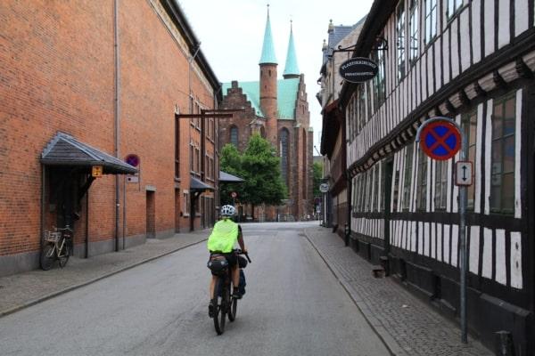 Billede af gade og Aarhus Domkirke. Fra Bikepacking, Danmark rundt