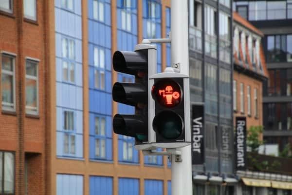 Billede af viking, lyskryds, Aarhus, rødt. Fra Bikepacking, Danmark rundt