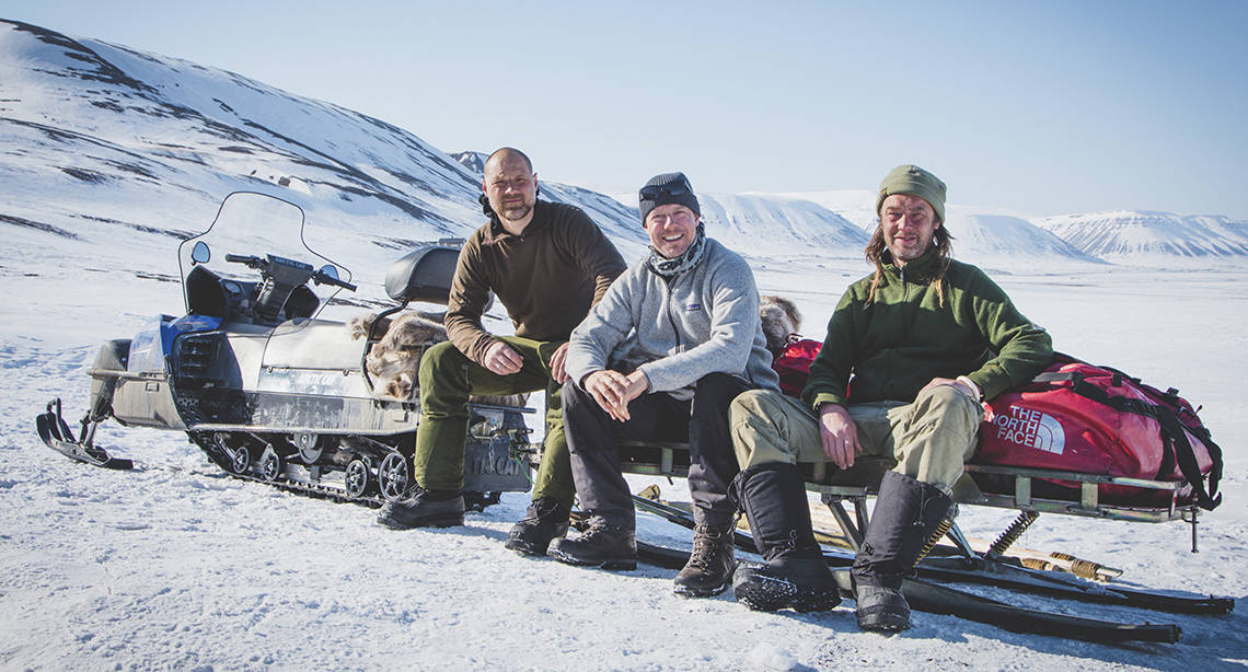 ILD – Eventyrlig mad. Forfatterne bag er Nikolaj Kirk, Mikkel Maarbjerg og Morten Kirckhoff på snescootertur på Svalbart