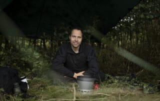 Episode 2, Korpset, sæson 4, instruktør Erik B. Jørgensen klar med snegle, Foto Lars E. Andreasen, TV 2