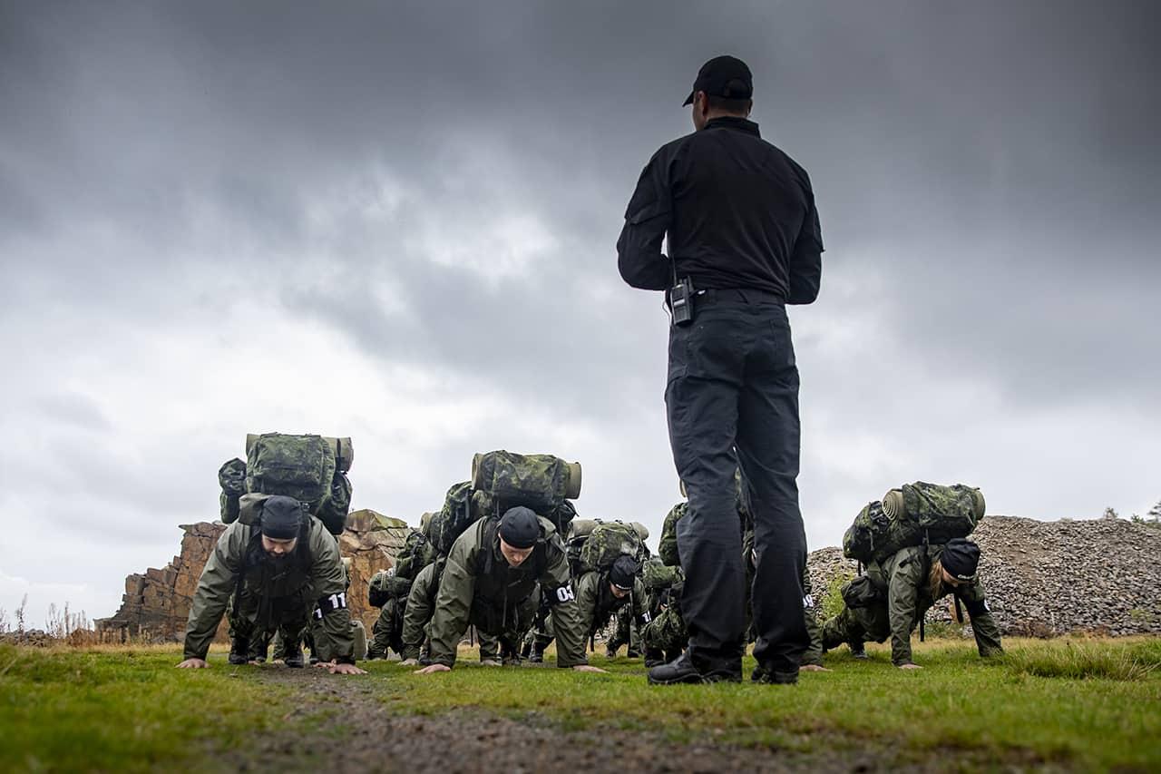 Episode 2, Korpset, sæson 4, instruktør Erik B. Jørgensen og aspiranterne i udgangsposition i Vang granitbrud, Foto Lars E. Andreasen, TV 2