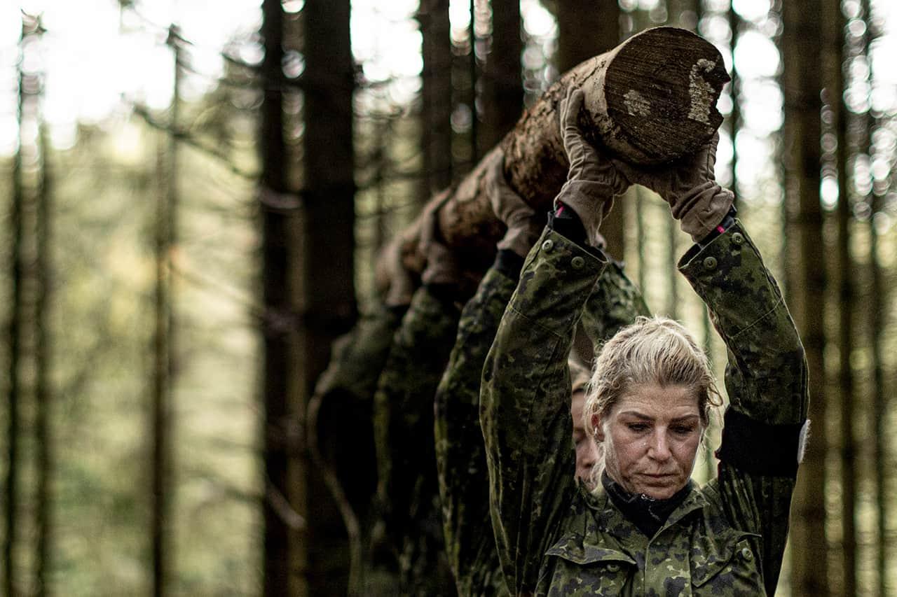 Episode 4, Korpset, sæson 4, aspiranterne med træstamme over hovedet, Foto Lars E. Andreasen, TV 2