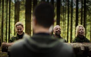 En for alle, Episode 4, Korpset, sæson 4, instruktør Erik B. Jørgensen og aspiranterne med træstamme, Foto Lars E. Andreasen, TV 2