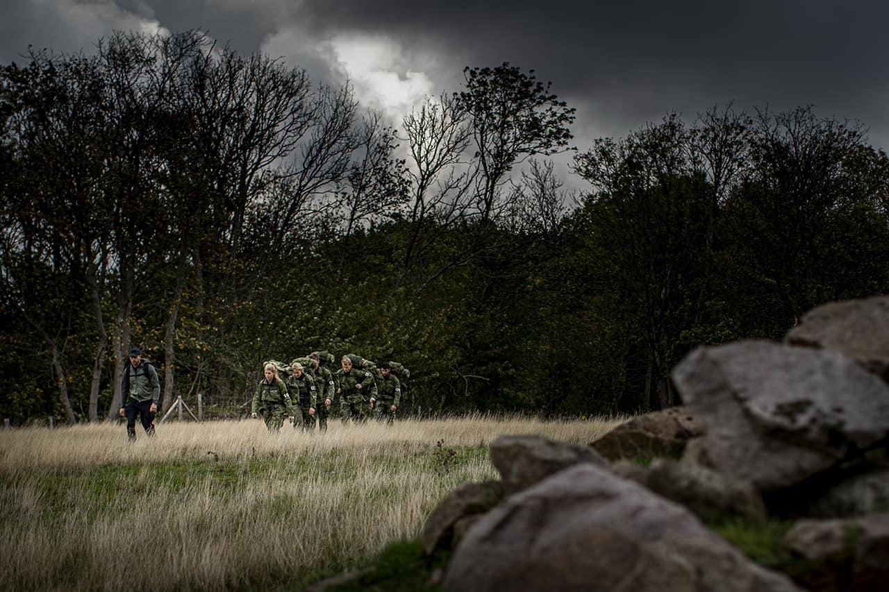 Uvished, Episode 6, Korpset, sæson 4, instruktør Erik B. Jørgensen og aspiranterne på vej til næste øvelse, Foto Lars E. Andreasen, TV 2