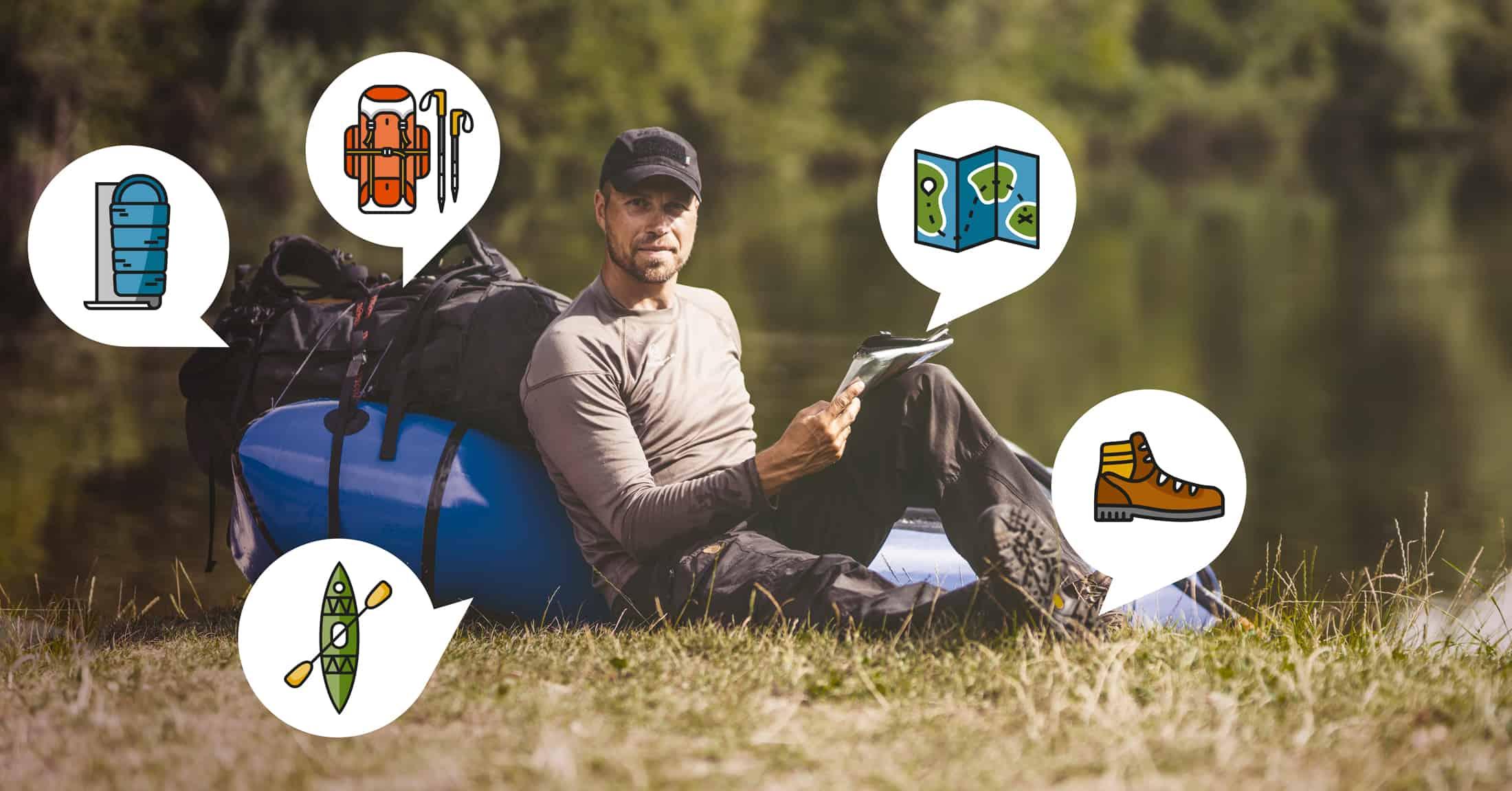 Erik B. Jørgensen sider ved en packraft ved en sø, masser af ikoner omkring ham, som viser emner fra hans outdoorblog/firluftslivblog