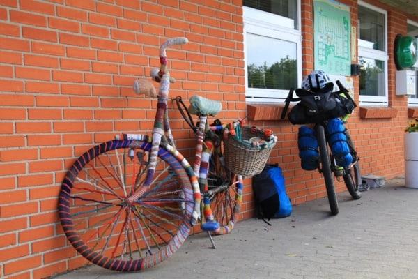 Billede af cykel med strikke overtræk Fra Bikepacking, Danmark rundt