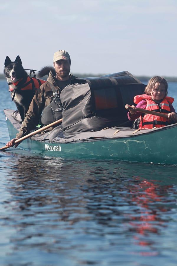 Online - Foredrag om Far og datter i Vildmarken. Billede af Erik B. Jørgensen og hans datter i kano. Hund bag i kano.
