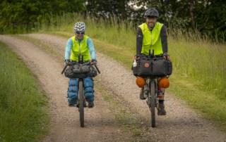 Tine Henriksen og Erik B. Jørgensen cykler på deres bikepackingcykler under Bikepacking, Danmark rundt, foto Claus Lillevang