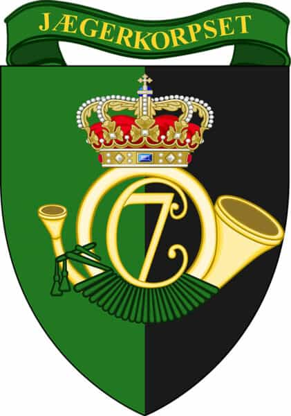 Jægerkorpset logo, våbenskjold i gørn og sort, med et Jagthorn med kron i midten.