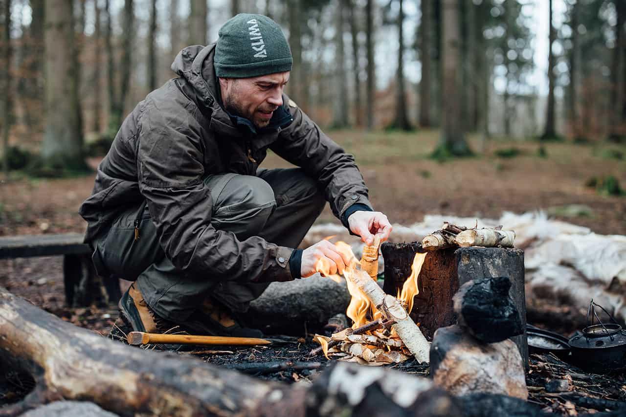 Erik B. Jørgensen laver bål i skoven, Foto Claus Sall