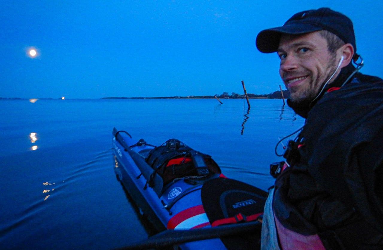 Erik B. Jørgensen i sin kajak om morgen, i fuldmånes skær. Kajaktur i det Sydfynske Øhav [Mikroeventyr]