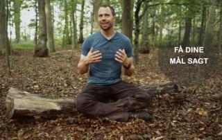 Billede af Erik B. Jørgensen på træstamme, fra videoen, Mål skal være sagte! [Motivation], af Erik B. Jørgensen