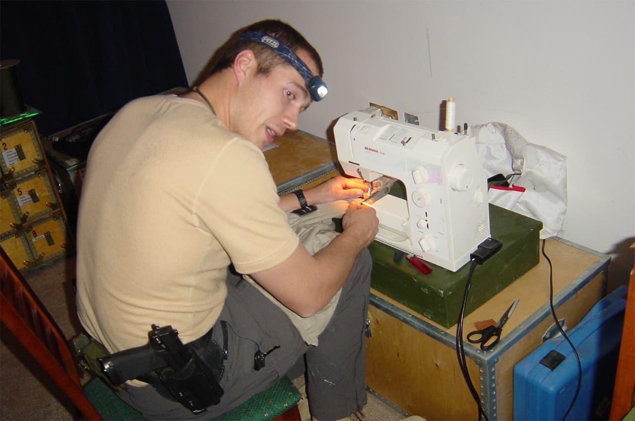 Jægersoldaten, Erik B. Jørgensen sidder i Bagdad, Irak, på mission og syer på symaskine