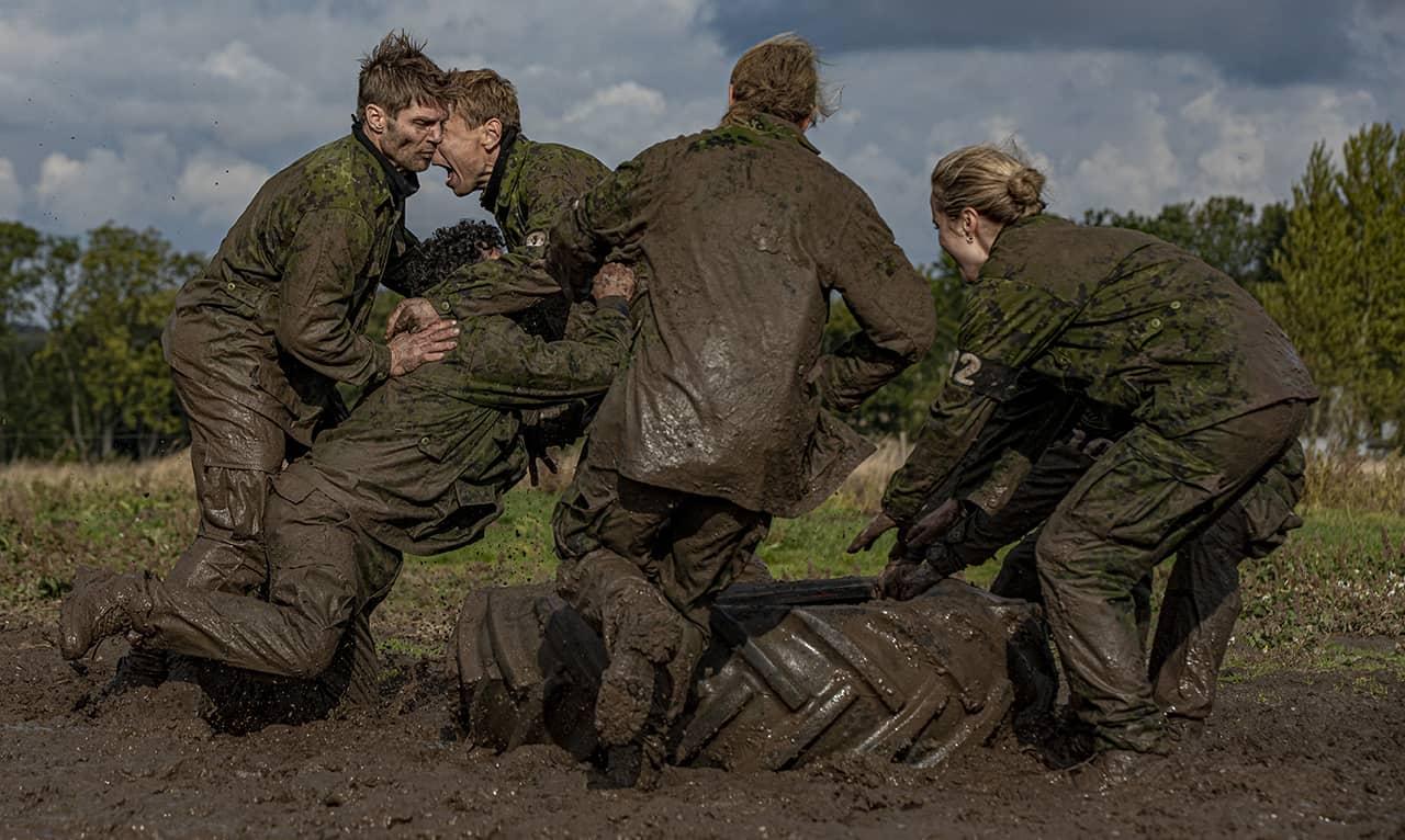 Træt, våd og kold [Korpset TV2] mudderkamp, Foto Lars E. Andreasen