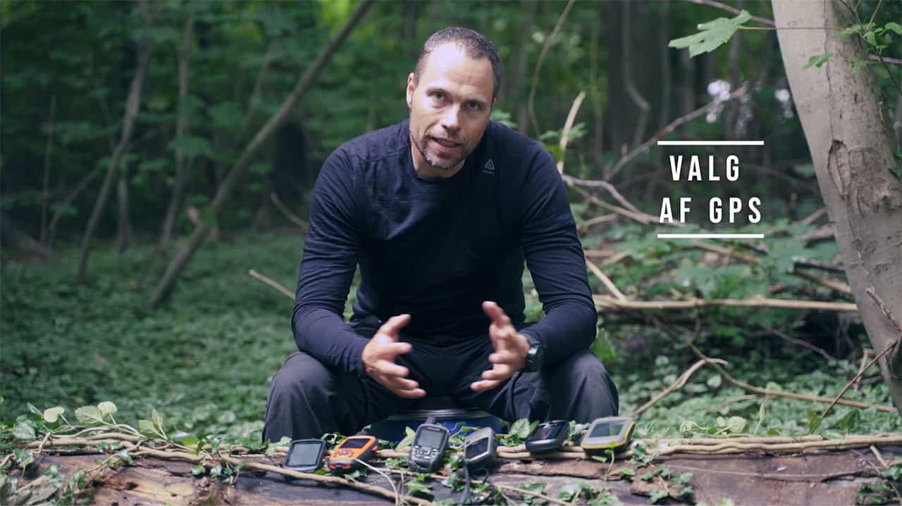 Erik B. Jørgensen sidder og fortæller om en masse GPS'er i naturen, til Valg af GPS til friluftsliv:outdoor