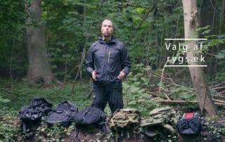 Erik B. Jørgensen står og fortæller om små dagligdags, endags rygsække. Valg af dagligdags, hverdagsrygsæk