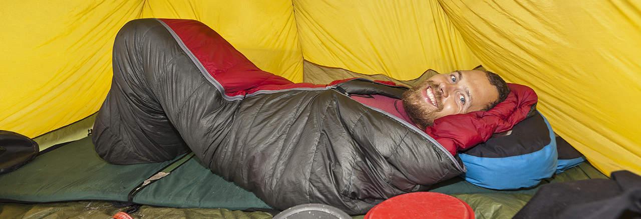 Valg af sovpose. Erik B. Jørgensen ligger glad i sin sovepose i sit telt.