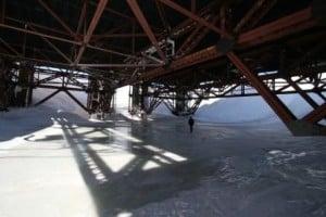 DYE II gammel US radarstation midt på den Grønlandske Indlandsis. Billede af selve station, der ligner en olieplatform, her ses benene ned i isen