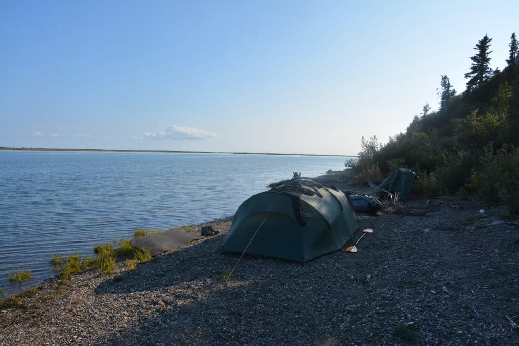 Teltlejrer på lille stenstrand, ved Noatak River