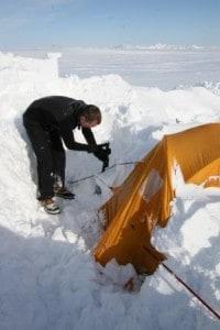 Deltager graver telt ud, for 1,5 meter sne efter Pitaraq på indlandsisen