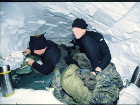 To jægersoldat, i deres soveposer i en snehule