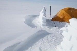 Snestorm og snemur set fra siden, hvordan sene lægger sig i stor. Vinden danner en mur for snemueren.
